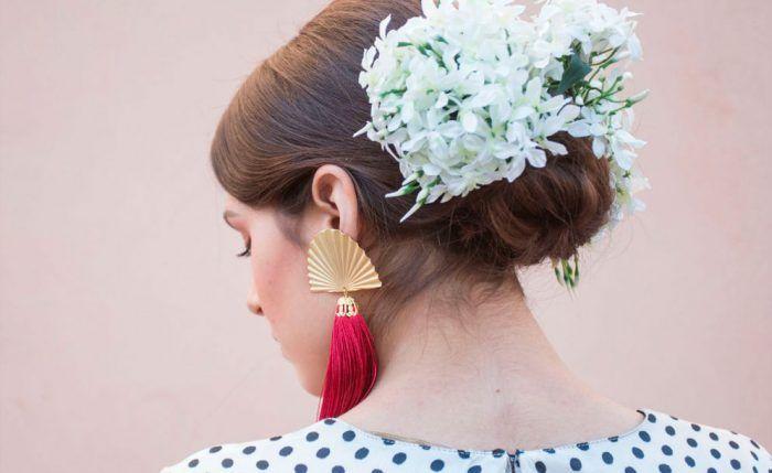 Como poner una flor de flamenca en el pelo